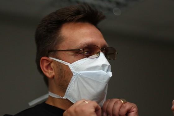 человек в маске от коронавируса